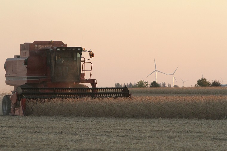A+farmer+harvests+his+field+on+Lincoln+Highway+Wednesday+night.%0AFarming+equipment%2C+such+as+combines%2C+will+begin+to+use+DeKalb+area%0Aroadways%2C+presenting+a+potential+safety+hazard+to+motorists.%0A