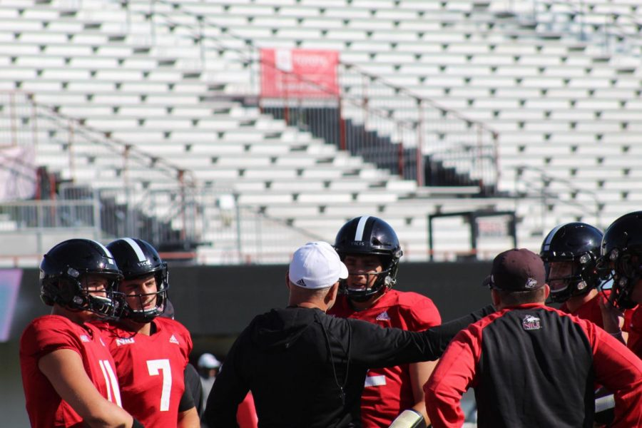 Offensive+coordinator+Eric+Eidsness+addresses+the+quarterbacks+during+practice+Wednesday+at+Huskie+Stadium.