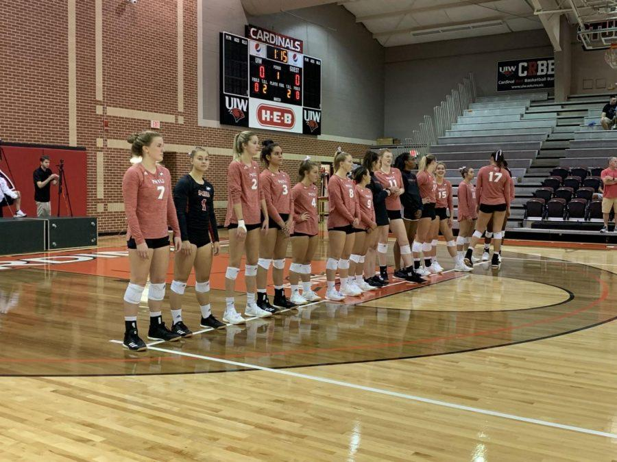 The+women%27s+volleyball+team+waits+for+the+beginning+of+a+match+Saturday+against+Niagara+University+in+San+Antonio.