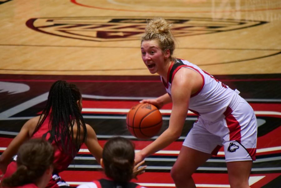 Sophomore guard Grace Hunter (right) runs the offense Nov. 25, during NIU